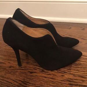 Vince Camuto shoe/ bootie in suede black.